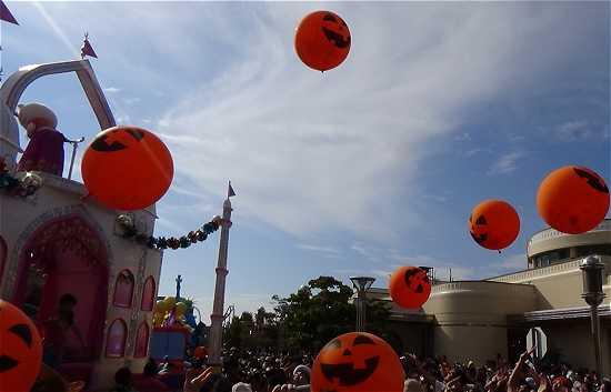 ハロウィンカボチャの風船を飛ばして