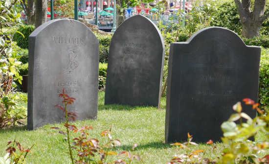 呪われた薔薇園 墓石
