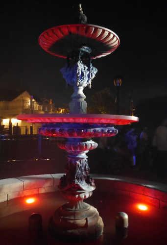 呪われてる薔薇園 赤い噴水