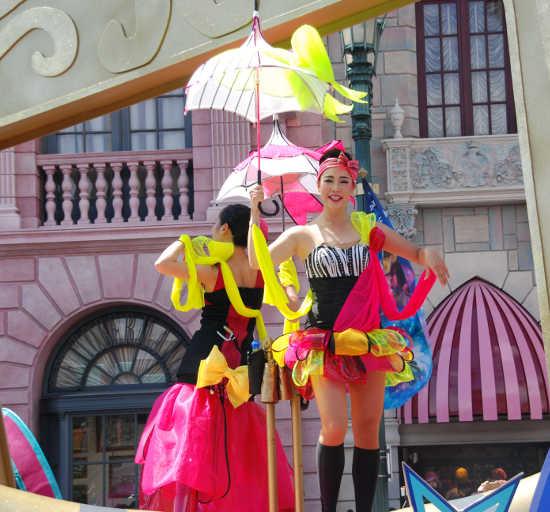 ウォーターパレード 傘を持った女性